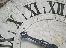Framsida av den forntida klockan arkivfoton