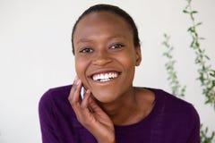 Framsida av den gladlynta afrikanska kvinnan Royaltyfri Foto