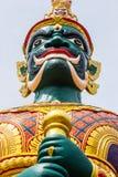 Framsida av den gröna demonförmyndaren på den thailändska templet i Malaysia Royaltyfri Foto