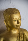 Framsida av den guld- Buddha statue1 Arkivfoto
