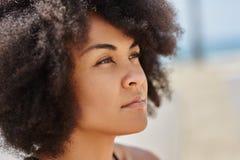 Framsida av den härliga eftertänksamma afro amerikanska kvinnan arkivfoto