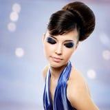 Framsida av den härliga kvinnan med modefrisyren och glamourmakeu Arkivbild