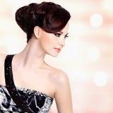 Framsida av den härliga kvinnan med modefrisyren och glamourmakeu Arkivfoton