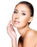 Framsida av den härliga kvinnan med ren sund hud Royaltyfria Foton