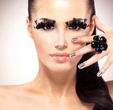 Framsida av den härliga modekvinnan med svarta falska ögonfrans Arkivfoto