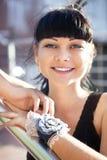 Framsida av den härliga unga kvinnan i svart blus arkivfoton