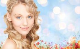 Framsida av den härliga unga lyckliga kvinnan med långt hår Royaltyfri Bild