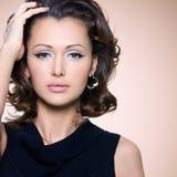 Framsida av den härliga vuxna kvinnan med lockiga hår Arkivfoton