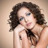 Framsida av den härliga vuxna kvinnan med lockiga hår royaltyfria foton