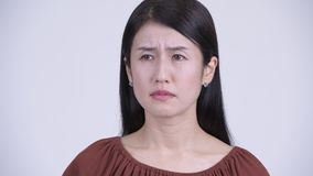 Framsida av den ledsna asiatiska kvinnan som ser deprimerad, och att gråta lager videofilmer