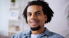 Framsida av den lyckliga le afro amerikanska mannen hemma lager videofilmer