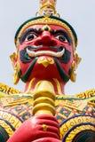 Framsida av den röda demonförmyndaren på den thailändska templet i Malaysia Arkivbild