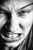 Framsida av den stressade ilskna kvinnan arkivfoto
