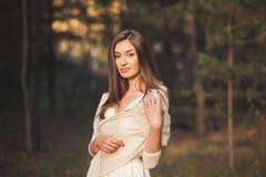 Framsida av den unga attraktiva kvinnan Arkivbild