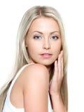 Framsida av den unga härliga kvinnan Royaltyfri Foto
