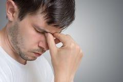 Framsida av den unga ledsna och deprimerade mannen fotografering för bildbyråer