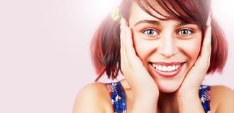 Framsida av den vänliga lyckliga tonåriga flickan med naturligt leende arkivbilder