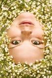 Framsida av en flicka i kunna-liljor arkivfoton