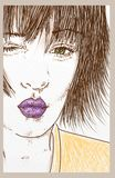 Framsida av en flicka som snör åt en kyss, mundetaljen med purpurfärgad läppstift och gröna ögon Royaltyfria Foton
