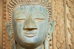 Framsida av en forntida Buddhastaty förutom den Hor Phra Keo templet i Vientiane, Laos arkivbilder