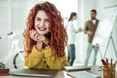 Framsida av en glad röd haired kvinna royaltyfri foto