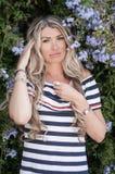Framsida av en härlig blond flickacloseup Flickan med extenen royaltyfri fotografi