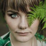 Framsida av en härlig flicka med gröna ögon royaltyfri bild