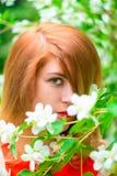 Framsida av en härlig flicka och en blomstra jasmin Arkivfoto