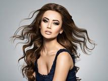 Framsida av en härlig kvinna med långt brunt hår arkivbilder