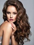 Framsida av en härlig kvinna med långt brunt hår royaltyfri fotografi