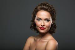 Framsida av en härlig sexig brunettkvinna royaltyfri bild