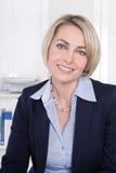 Framsida av en lyckad kvinna för mogen affär i kontoret. Arkivfoton