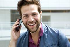 Framsida av en man som talar på mobiltelefonen Arkivbilder