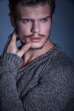 Framsida av en manlig modell för dramatisk skönhet som bort ser royaltyfria foton