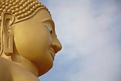 Framsida av guld- buddha skulptur, Thailand Fotografering för Bildbyråer