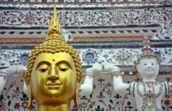 Framsida av guld- buddha skulptur, Thailand Royaltyfria Bilder