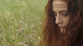 Framsida av hippiekvinnan i fält lager videofilmer