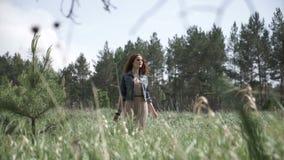 Framsida av hippiekvinnan i fält arkivfilmer