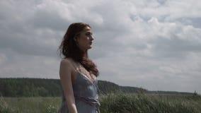 Framsida av hippiekvinnan i fält stock video