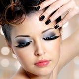 Framsida av kvinnan med modeögonmakeup Arkivfoto