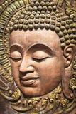 Framsida av Lord Buddha, infödd thailändsk stilträskulptur Fotografering för Bildbyråer