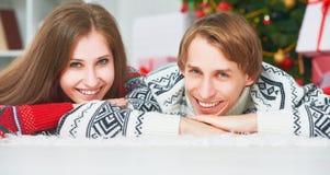 Framsida av lyckliga familjpar i jul hemma Arkivbilder
