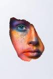 Framsida av modellen med det färgrika konstsminket, närbild Royaltyfria Bilder