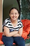 Framsida av toothy le för asiatisk flicka med avslappnande sinnesrörelse Royaltyfri Bild