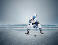 Framsida-avishockeyögonblick på den djupfrysta sjön Royaltyfri Foto