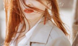 Framsida för flickabrunettstående utanför ljus skugga arkivbild