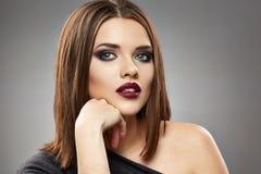 Framsida för kvinnamodellskönhet posera för mode Royaltyfri Bild