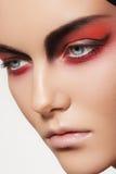 Framsida för modemodell med det jäkelhalloween sminket royaltyfri bild