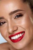 Framsida för skönhetmodekvinna med perfekt vitt leende, röda kanter Arkivbilder