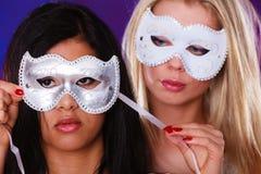 Framsida för två kvinnor med venetian maskeringar för karneval Royaltyfria Bilder